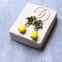 Sárga liliom  - lógós üveges fülbevaló , Ékszer, óra, Fülbevaló, A fülbevaló a következő anyagokból készült:   * sárgaréz liliom  * sárga csiszlt üveg  * sárgaréz ak..., Meska