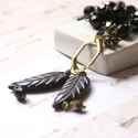 Két levél - hosszú nyaklánc két fekete levéllel , Ékszer, óra, Nyaklánc, A nyaklánc a következő anyagokból van:   * sárgaréz hatszög * fekete műanyag levelek * fekete és bro..., Meska