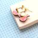 Geometrikus madárka - rózsaszín - bedugós fülbevaló - Woody kollekció, Ékszer, óra, Fülbevaló, A fülbevaló a következő anyagokból készült:   * madárka alakú fa rózsaszín színben  * sárgaráz hatsz..., Meska