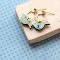 Geometrikus madárka - kék - bedugós fülbevaló - Woody kollekció, Ékszer, óra, Fülbevaló, A fülbevaló a következő anyagokból készült:   * madárka alakú fa kék színben  * sárgaráz hatszög * k..., Meska