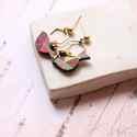 Geometrikus madárka - bedugós fülbevaló - Woody kollekció, Ékszer, óra, Fülbevaló, A fülbevaló a következő anyagokból készült:   * madárka alakú fa barna, pink, zöld színben, geometri..., Meska