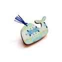 Kék mintás süni - kitűző - Woody kollekció, Ékszer, óra, A kitűző a következő anyagokból készült:   * kékes mintával nyomott fa bálna * kitűző   A minta Beli..., Meska