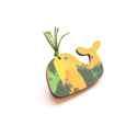 Zöld Bálna - kitűző - Woody kollekció, Ékszer, óra, A kitűző a következő anyagokból készült:   * zöld-sárga mintával nyomott fa bálna * kitűző   Mérete:..., Meska