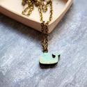 Kék minibálna - nyaklánc - Woody kollekció, Ékszer, óra, Nyaklánc, A nyaklánc a következő anyagokból készült:  * icipici kék színű bálna fából * sárgaréz lánc  Mérete:..., Meska