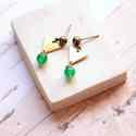 Minimál háromszög - geometrikus bedugós fülbevaló - zöld, Ékszer, óra, Fülbevaló, A fülbevaló a következő anyagokból készült:   * zöld üveggyöngy * sárgaréz háromszög * sárgaréz bedu..., Meska