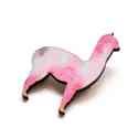 Rózsaszín mintás alpaka - kitűző - Woody kollekció, Ékszer, óra, A kitűző a következő anyagokból készült:   * rózsaszín mintával nyomott fa alpaka  * kitűző   Mérete..., Meska