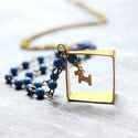 Kék Kutyus - hosszú nyaklánc négyzettel és madárral, Ékszer, óra, Nyaklánc, A nyaklánc a következő anyagokból van:   * sárgaréz négyzet, kutya charm * kék üveggyöngyök * sárgar..., Meska