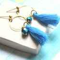 Kék Rojt - bedugós fülbevaló, Ékszer, óra, Fülbevaló, A fülbevaló a következő anyagokból készült:   * kék rojt * sárgaréz karika * kék üveggyöngy  * sárga..., Meska
