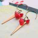 Háromszög pirosas virágokkal - fülbevaló, Ékszer, óra, Fülbevaló, A fülbevaló a következő anyagokból készült:   * pirsas-pinkes virág üveggyöngyök * sárgaréz háromszö..., Meska
