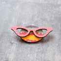 Pink repülő szemüveg - kitűző - Woody kollekció, Ékszer, óra, A kitűző a következő anyagokból készült:   * színes mintával nyomott fa kör és pink pöttyös szemüveg..., Meska
