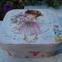 Doboz kis hercegnknek, Otthon, lakberendezs, Troleszkz, Doboz, Decoupage, szalvtatechnika, Festszet, Tndri kislny dszti a doboz tetejt, krltte repesztst alkalmaztam. 