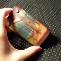 Erdőrészletes kulcstartó, Mindenmás, Kulcstartó, Bőrművesség, Lila marhabőr alapon tájkép- mintával díszített, 6- os karabínerrel ellátott kulcstartó lila kecskeb..., Meska