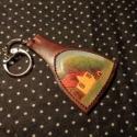 Kisházas kulcstartó, Mindenmás, Kulcstartó, Bőrművesség, Lilás marhabőr alapon tájképes kulcstartó.  Méretei: 7cm x 4,6cm, Meska