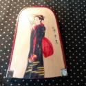 Gésás kulcstartó, Mindenmás, Kulcstartó, Bőrművesség, Bordó és natúr alapon Kiyonaga, japán festő képének részletével díszített behúzós kulcstartó. Mérete..., Meska