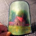 Házikós kulcstartó, Mindenmás, Kulcstartó, Bőrművesség, Zöld marhabőr alapon, tájképes mintával díszített behúzós kulcstartó. Méretei:11,3 x 10 cm, Meska