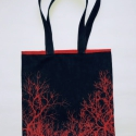 Kék farmertáska piros fa rajzolattal, Táska, Válltáska, oldaltáska, Varrás, Mindenmás, Strapabíró, kék farmeranyagból készült táska piros bélésselyemmel, melyből egy vékony szegély kihaj..., Meska