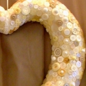 Szív alakú vintage esküvői dekoráció , Dekoráció, Esküvő, Esküvői dekoráció, Virágkötés, Vintage  esküvői dekoráció.Szív alapra fehér ,krém színű gombokat,gyöngyöket ragasztottam. Mérete:A..., Meska