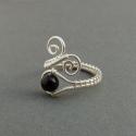 Fekete ónix gyöngyös gyűrű ezüstözött drótból, Ékszer, óra, Gyűrű, Ékszerkészítés, Fémmegmunkálás, Az ékszert ezüstözött drótból hajlítottam és fekete ónix gyöngyökkel díszítettem.  A gyűrű színei: ..., Meska