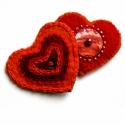 Szív - 2 db filc kitűző, Ékszer, óra, Bross, kitűző, Ékszerkészítés, Tüzes színű, filc alapú szív kitűzők. Az egyik közepén kagyló csillog, gyöngyök díszítik, a másikat ..., Meska