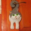 Cili cica, macska ablak, ajtó, kilincs dísz filcből, Dekoráció, Játék, Játékfigura, Plüssállat, rongyjáték, Varrás, A család kedvencei igazán közel kerülnek hozzánk, ha még a szobánkba is be engedjük őket :)  Cili ig..., Meska