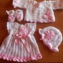Fehér horgolt leánykaszett, Baba-mama-gyerek, Ruha, divat, cipő, Gyerekruha, Baba (0-1év), Horgolás, A fehér Baby fonallal horgolt lányka szettet rózsaszín kis virágok díszítik.Selyem szalaggal szűkít..., Meska