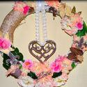 Tavaszi romantikus nagykoszorú, Dekoráció, Otthon, lakberendezés, Dísz, Húsvéti apróságok, Famegmunkálás, Virágkötés, Tavaszi koszorút készítettem, melyet a zöldellő, tavasszal nyíló virágok ihlettek. Romantikus a han..., Meska