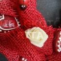 Koszorú zsákvászonból, piros mézeskalács szívekkel, rózsákkal, Otthon, lakberendezés, Dekoráció, Dísz, Ünnepi dekoráció, Virágkötés, Magyarországon teljesen egyedinek számító, különleges technikával készült zsákvászon alapanyagú kos..., Meska