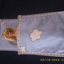 Barbie ruha: kék felhős ágynemű garnitúra, Játék, Húsvéti apróságok, Ágynemű, Varrás,  Vatelin béléssel készült Barbie-nak ez a kék felhős ágynemű garnitúra. A szett egy nagypárnát és ..., Meska
