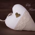 Natúr, csipkés szív (fehér-natúr), Dekoráció, Dísz, Varrás, Vászonból készült szív, csipkével és Love táblácskával díszítve. Mérete: 13 cm, Meska