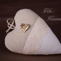 Natúr, csipkés szív (natúr-fehér), Dekoráció, Dísz, Varrás, Vászonból készült szív, csipkével és Love táblácskával díszítve. Mérete: 13 cm, Meska