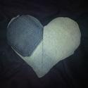 Szív alakú farmer párna , Dekoráció, Otthon, lakberendezés, Varrás, Használt farmerekből mosás és vasalás után készített szív alakú párna. Töltete mosható poliészter t..., Meska