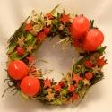 Piros adventi koszorú, Dekoráció, Karácsonyi, adventi apróságok, Ünnepi dekoráció, Karácsonyi dekoráció, Virágkötés, 25 cm-es szalma alapon sok-sok terméssel díszített ünnepi hangulatú adventi koszorú 2-2 piros gyert..., Meska