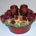 Bordó asztali tál, Dekoráció, Karácsonyi, adventi apróságok, Ünnepi dekoráció, Karácsonyi dekoráció, Virágkötés, Bordó fém tál 2 db bordó metál gyertyával és natúr termés díszítéssel. A karácsonyi hangulatot a fa..., Meska