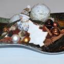 Hullámos üvegtál karácsonyi díszítéssel, Dekoráció, Karácsonyi, adventi apróságok, Ünnepi dekoráció, Karácsonyi dekoráció, Virágkötés, A hullámos üvegtálon, mely önmagában is szép ajándék, 2 db gömbgyertya, mézeskalács díszek, üveggöm..., Meska