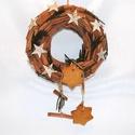 Fahéj-mézeskalács kopogtató, Dekoráció, Karácsonyi, adventi apróságok, Ünnepi dekoráció, Karácsonyi dekoráció, Virágkötés, Csupa fahéj kopogtatónkat nyírfa csillagokkal, páfránnyal és mézeskaláccsal fűszereztük. Mérete: kb..., Meska