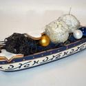 Kék-fehér-arany csónak gyertyával, üveggömbökkel, mézeskaláccsal - karácsonyi asztaldísz, Dekoráció, Karácsonyi, adventi apróságok, Ünnepi dekoráció, Karácsonyi dekoráció, Virágkötés, Kék, fehér és arany színű díszes tálat töltöttem meg zuzmóval, üveggömbökkel, mézeskalács figurákka..., Meska