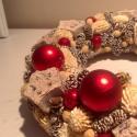 Fehér-piros karácsonyi ajtódísz, Otthon, lakberendezés, Karácsonyi, adventi apróságok, Dekoráció, Karácsonyi dekoráció, Virágkötés, A koszorú átmérője 24-25 cm. Apró tobozokkal, termésekkel és karácsonyi gömbökkel,csillagokkal dísz..., Meska