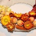 ŐSZIRÓZSA- sárga-piros őszi kopogtató, ajtódísz, koszorú, Otthon, lakberendezés, Dekoráció, Dísz, Virágkötés, A kopogtató átmérője kb 21 cm.  Szalmavirágokkal díszített, színátmenetes kopogtató., Meska