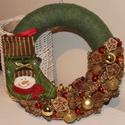 Krácsonyi ajtódísz, kopogtató, koszorú kis csizmával, Dekoráció, Karácsonyi, adventi apróságok, Otthon, lakberendezés, Ünnepi dekoráció, Karácsonyi dekoráció, Virágkötés,  A koszorú átmérője kb 28 cm. Az alapot zöld színű kötött anyaggal vontam be, hóemberes csizmácskáv..., Meska