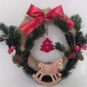 Ünnepekre hangolva - Hintalovas függő koszorú, Dekoráció, Karácsonyi, adventi apróságok, Karácsonyi dekoráció, Ünnepi dekoráció, Festett tárgyak, Kerámia, 22cm átmérőjű zsákvászon alapon egyedi, saját készítésű agyag hintaló figurával, filc anyagból feny..., Meska
