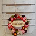 AKCIÓ! Piros kopogtató, Dekoráció, Otthon, lakberendezés, Dísz, Virágkötés, Különleges ajtó dekoráció,piros színekben, termésekkel, virággal,és egy ISTEN HOZOTT felirattal. , Meska