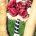 Piros vintage csokor , Esküvő, Esküvői csokor, Virágkötés, Piros és fehér rózsafejekből összeállított csokor , fekete selyemszalaggal, és csipkével van a szár..., Meska