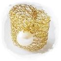 Fehér tenyésztett gyöngyös horgolt gyűrű arany (szélesebb), Ékszer, óra, Gyűrű, Ékszerkészítés, Még egy gyűrű... :) Arany színű ékszerdrót, édesvízi fehér gyönggyel.  Különleges technikával készü..., Meska