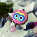 Rózsaszín baglyos nyaklánc, Ékszer, óra, Nyaklánc, Medál, Textillel bevont gombból készült ez a baglyos medál. Egy rózsaszín gyöngy is díszíti. A medál átmérő..., Meska