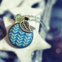Kék, leveles medál, Ékszer, óra, Nyaklánc, Medál, Textillel bevont gombból készült ez a medál. Egy csiszolt gyöngy, és egy ezüstös levélke is díszíti...., Meska