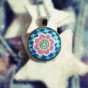 Rózsaszín virágos medál, Ékszer, óra, Nyaklánc, Medál, Textillel bevont gombból készült ez a medál.  A medál átmérője: 2,5 cm A nyaklánc hossza: 50 cm  ( A..., Meska