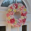 Rózsaszín ajtódísz, Húsvéti apróságok, Dekoráció, Virágkötés, 20 cm átmérőjű szalmaalapra készült ajtódísz havirágokkal és selyemvirágokkal díszítve. a hátulja f..., Meska
