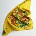 Kézzel festett sárga selyemkendő, népi motívummal, színes madarak és virágok, fekete kontúr, Magyar motívumokkal, Ruha, divat, cipő, Kendő, sál, sapka, kesztyű, Kendő, Selyemfestés, mérete: 55x55 cm anyaga: 100% hernyóselyem (pongé) egyéb jellemzők: oldalt szegett, kímélő mosószer..., Meska