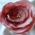 Selyem virág kitűző (mályva), Ékszer, óra, Bross, kitűző, Gyöngyfűzés, Varrás, Mályva színű, több rétegű kb.8,5 cm átmérőjű, gyöngyökkel díszített, selyemből készült kitűző., Meska