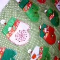 """Adventi naptár (piros-fehér-zöld kesztyűs), Dekoráció, Karácsonyi, adventi apróságok, Adventi naptár, Varrás, A nagyrészt kézzel varrt adventi naptáram alapja egy """"óriás"""" méretű, fehér bébiplüss, zöld alapon a..., Meska"""